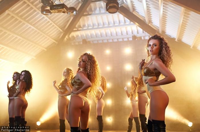 В танцевальной школе стало традицией выпускать сексуальные видео к Новому году
