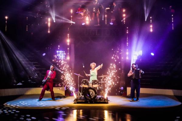 Клоунский коллектив из Екатеринбурга во время выступления в Парижском цирке