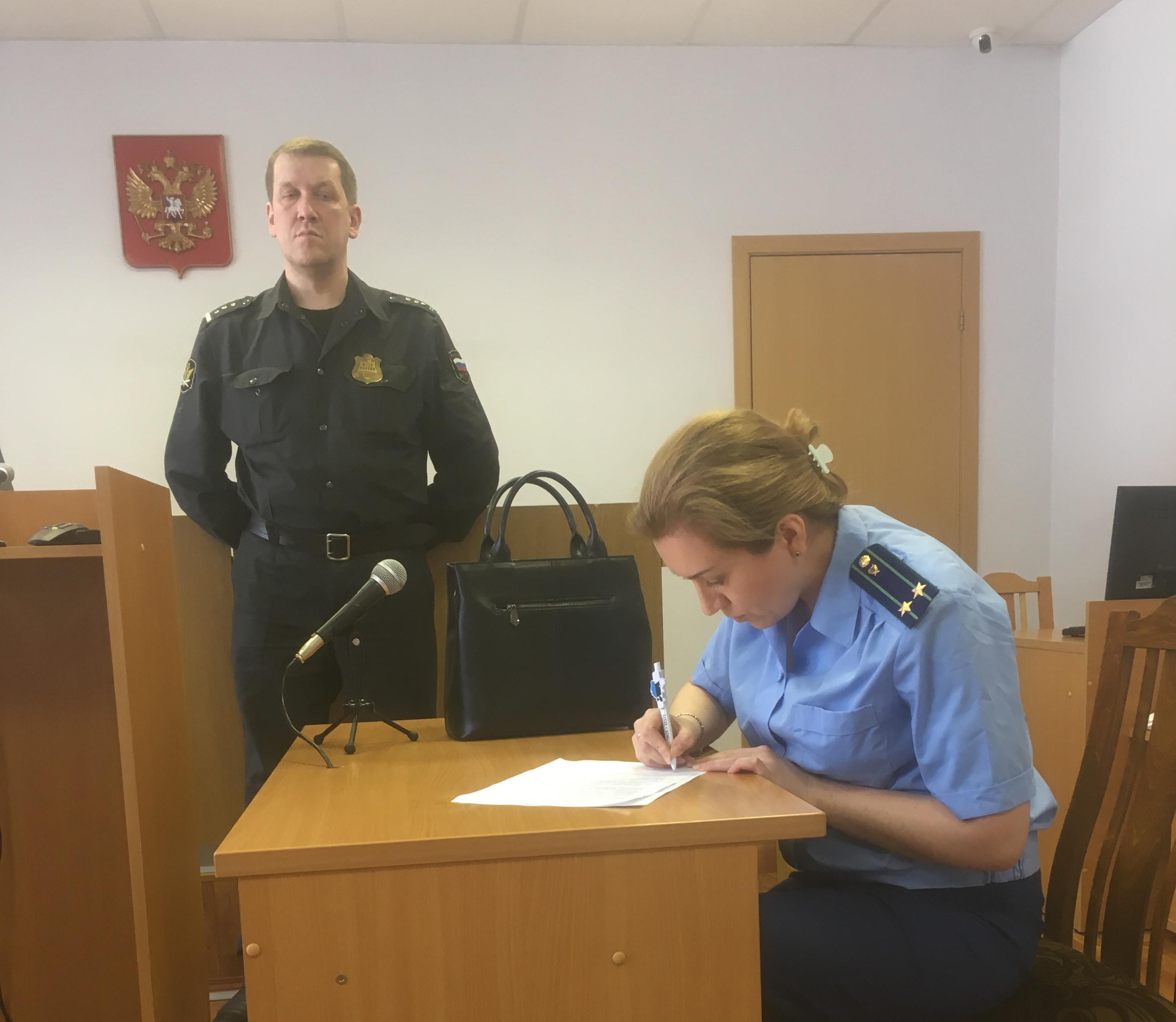 Юрия Чеснокова привели в Вилегодский районный суд в 11 часов