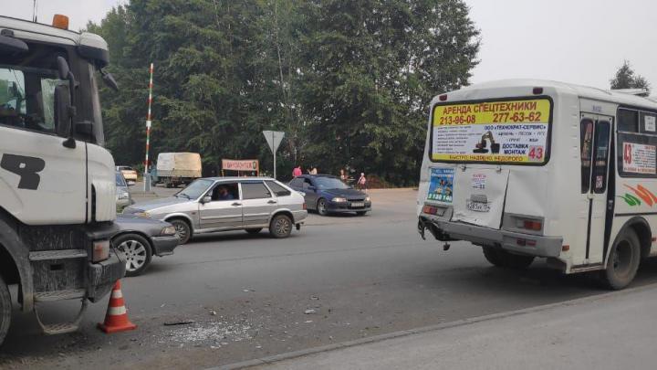 Грузовик врезался в автобус на остановке в Ленинском районе: есть пострадавшие