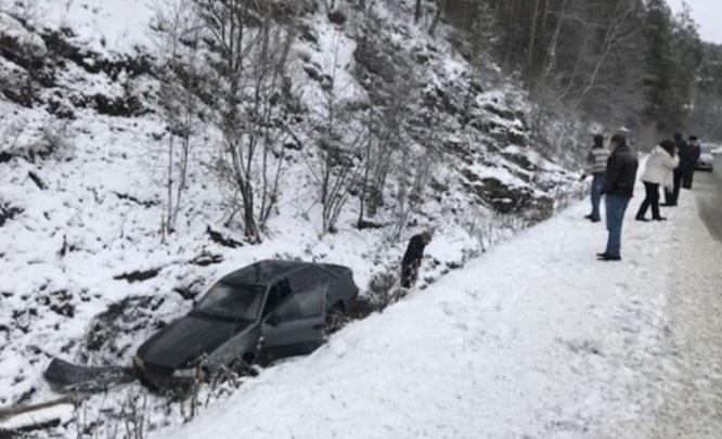 С дороги в кювет: из-за гололеда в Башкирии машины попадают в ДТП