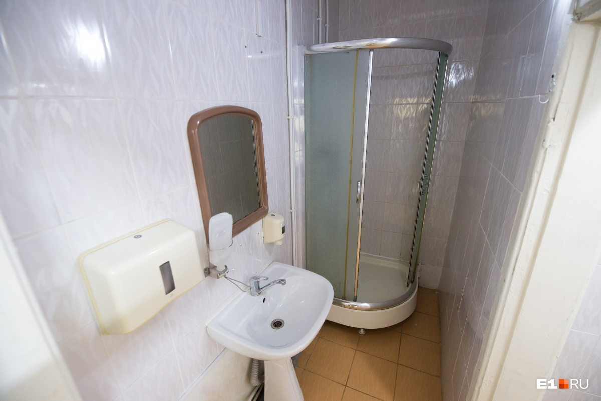 А также душ и туалет