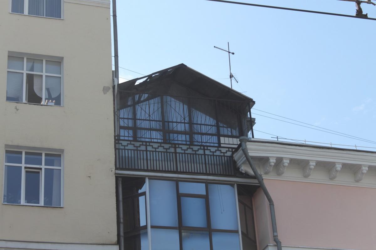 Самый верхний балкон со стороны Ленина выглядит как настоящий домик Карлсона. Если бы не решетки, из него можно было бы легко перелезть на крышу