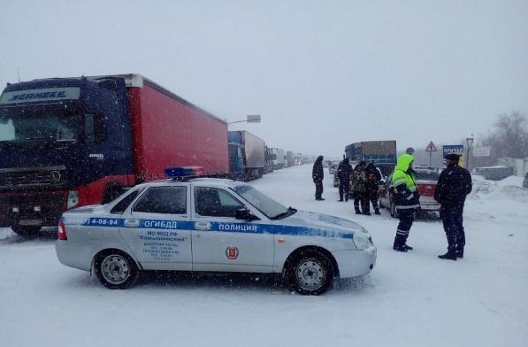 На заваленную снегом трассу под Камышином выехал замначальника Волгоградской областной ГИБДД