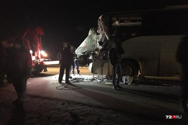 Большегруз и автобус столкнулись под Тюменью 18 декабря