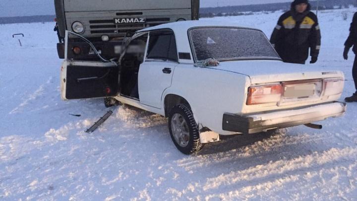 В Башкирии «семерка» залетела под автоцистерну: водитель погиб