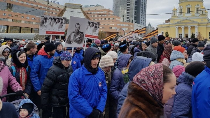 Екатеринбуржцы прошли по центру города крестным ходом в честь Дня народного единства