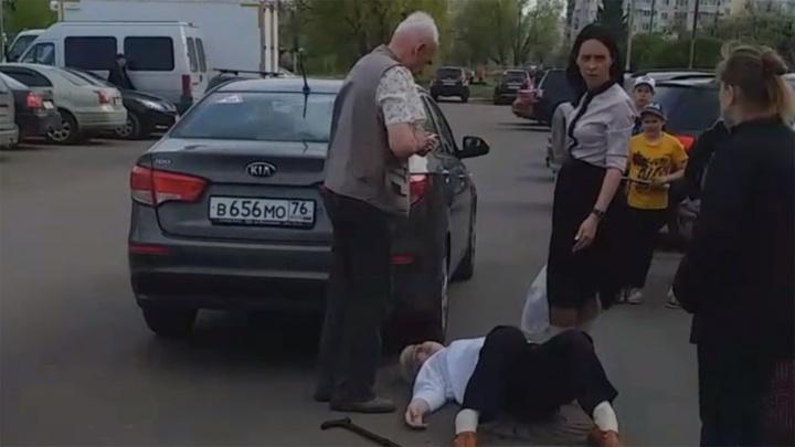 «У бабушки пробита голова»: ярославцы обсуждают вопиющий случай на парковке возле торгового центра