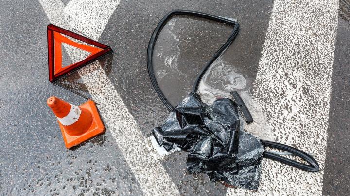 В Волжском перевернулся дорогой внедорожник: двое пострадали