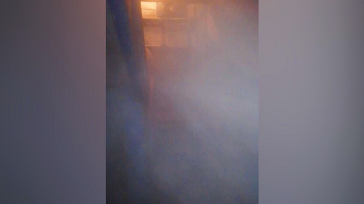 «Всюду пар, страшно зайти в подъезд»: на Червишевском тракте подвал жилого дома залило кипятком