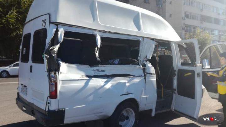 В центре Волгограда грузовик распорол маршрутку с 13 пассажирами: есть пострадавшие