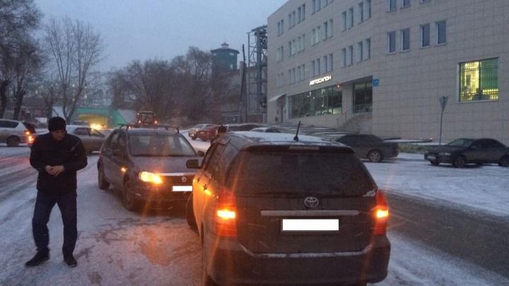 Три аварии подряд: на скользкой дороге возле Владимировской столкнулись пять машин