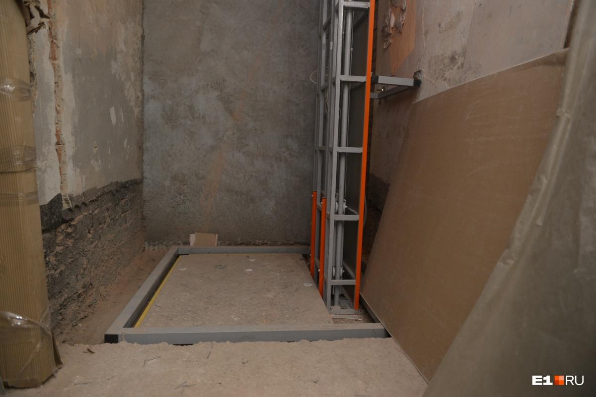 Здесь будет подъемник на второй этаж. Лифт в объекте культурного наследия строить нельзя