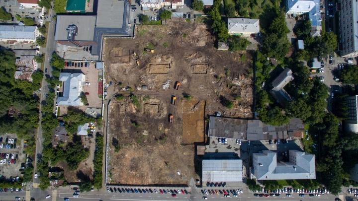 Вместо деревянного городка — пустырь: на Декабристов снесли квартал, где жила Майя Плисецкая