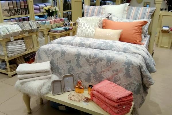В отделе большой ассортимент текстиля и много красивых расцветок постельного белья, — каждый сможет выбрать что-то для себя