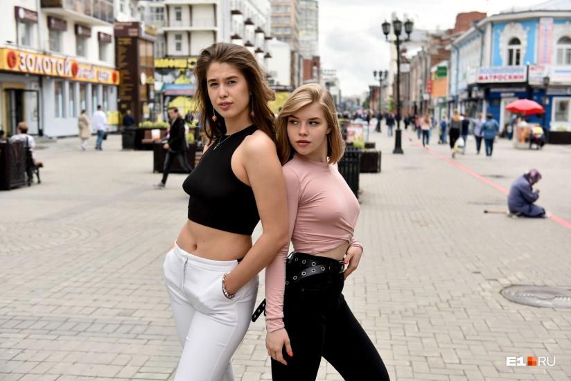 Девушки без трусови лифчика фото