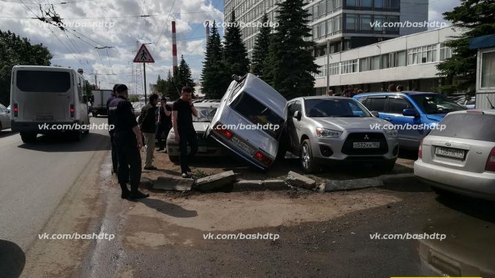 Автомобиль«запрыгнул» на припаркованные машины в Уфе