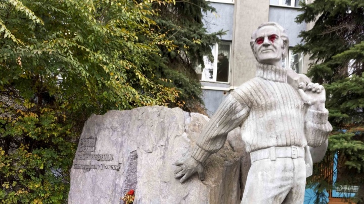 Вандалы испортили памятник геологу Эрвье в центре Тюмени