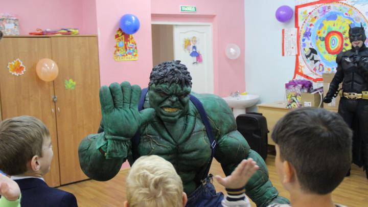 «Просто я скучаю по маме»: в Ярославле на линейку к больным туберкулёзом детям пришли супергерои