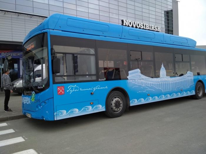 Экскурсионный электробус компании «Лиотех» на транспортном форуме 16 мая