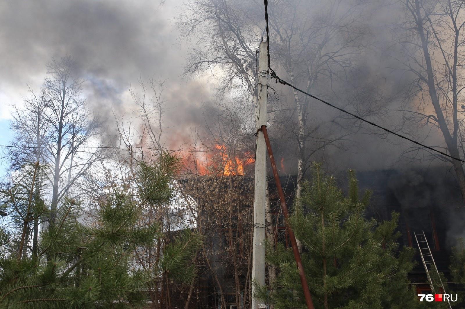 Над домом - густой черный дым