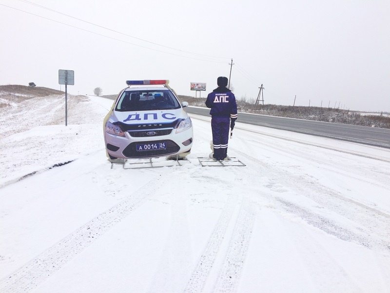 ВКрасноярском крае на трассах работает сотрудник ДПС изкартона