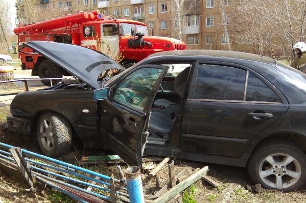 Из-за столкновения двух машин оказались помяты чьи-то клумбы
