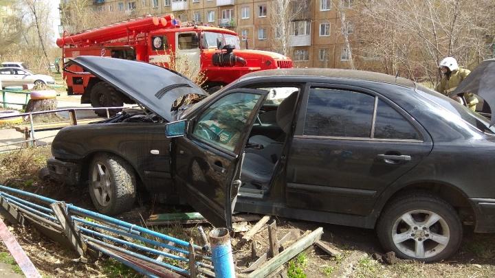 В Чкаловском посёлке Mercedes врезался в стену дома