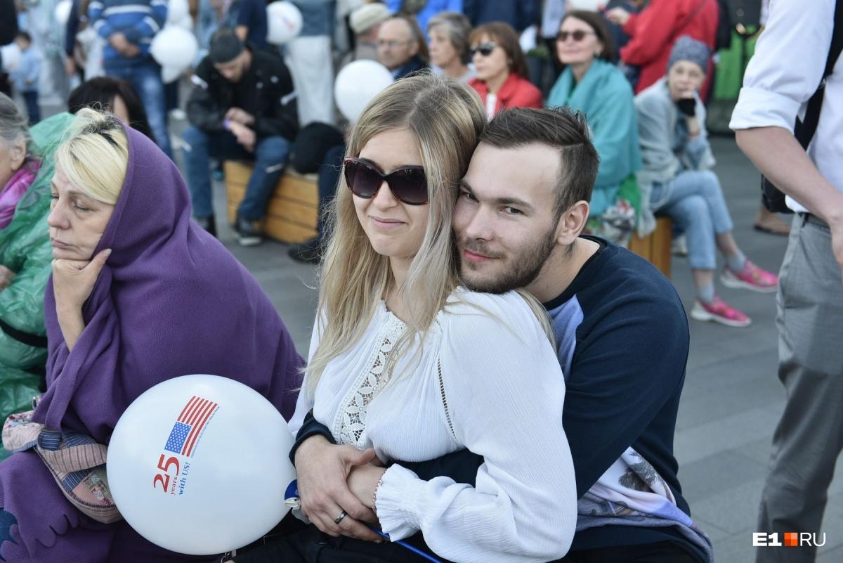 Волонтеры раздавали всем белые воздушные шары с символикой мероприятия
