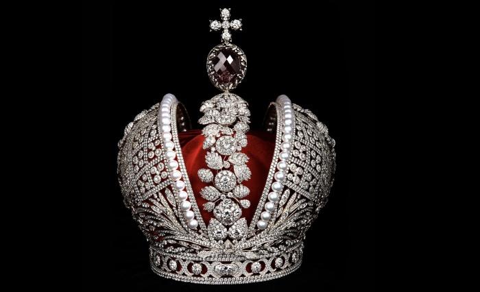 Сейчас реплика короны путешествует по России