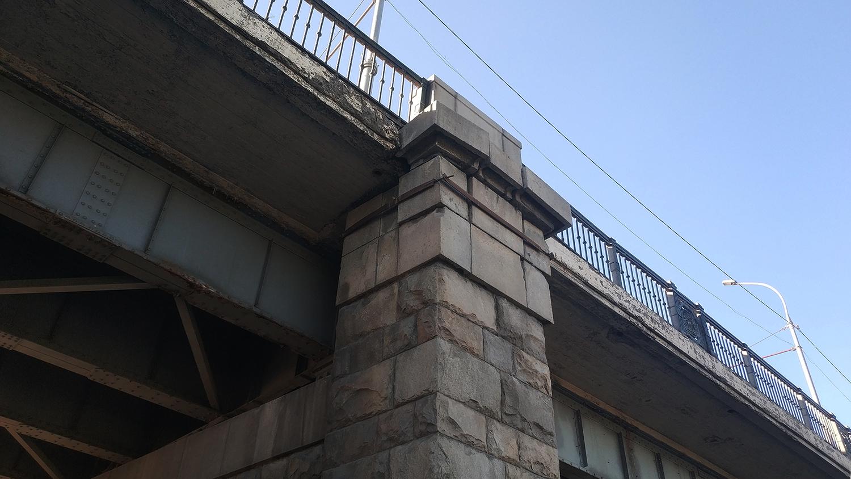 «Где дороги?»: Коммунальный мост грозит обвалиться на головы прохожих