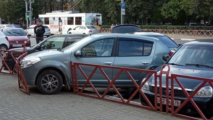 В Ярославле на улице Свободы BMW протаранила несколько машин