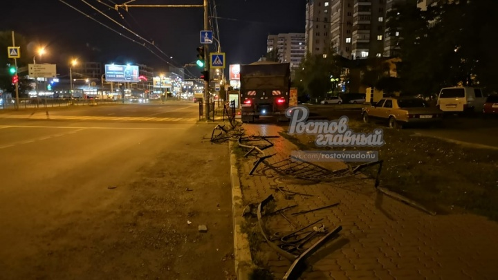 В Ростове КАМАЗ снес дорожное ограждение возле поликлиники