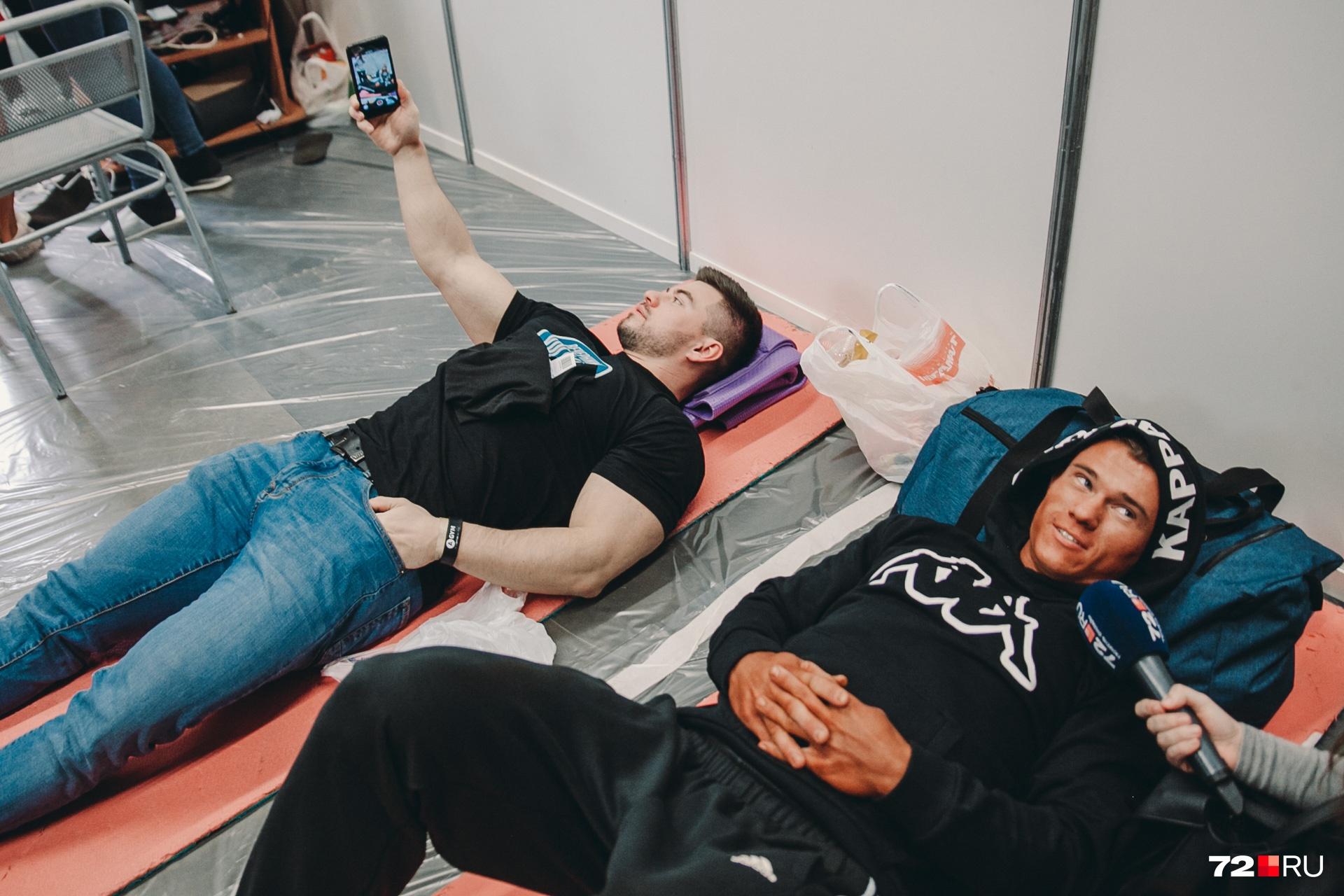 На полу лежали и мужчины. Мне, чтобы с ними пообщаться, тоже пришлось прилечь
