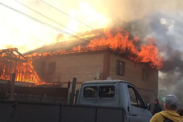 По словам очевидцев, пожар перекинулся на другие дома