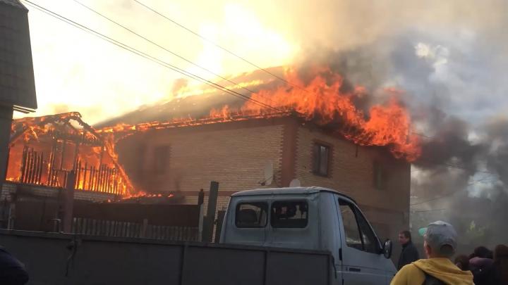 «Женщина сильно кричала»: вЯрославле загорелся жилой дом. Видео с места трагедии