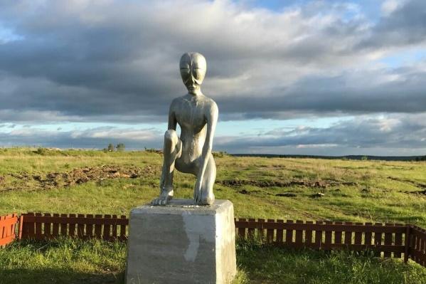 Памятник инопланетянам работы скульптора Виктора Сазанова установили на въезде в Молёбку в 2011 году
