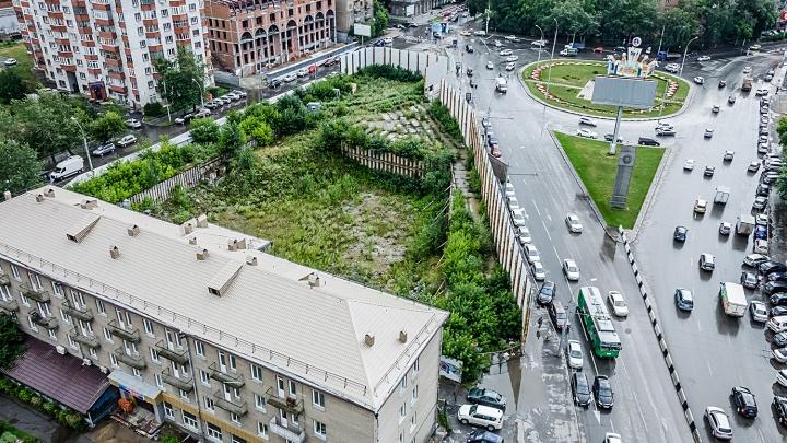 За высоким забором на площади Кондратюка начали строить жильё