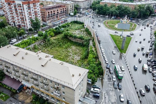 На пустыре у пл. Кондратюка ожила стройка — теперь тут планируют построить не только офисы, но и квартиры