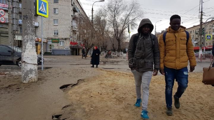 """«Ждем, когда """"проснутся"""" заводы»: «Концессии водоснабжения» развезли грязь в центре Волгограда"""