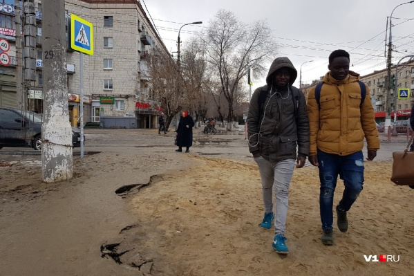 Каждый день по жуткой грязюке приходится ходить волгоградцам и иностранным гостям