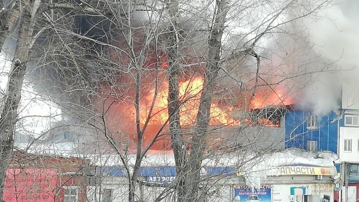В Уфе горит автосалон — очевидцы сняли видео крупного пожара
