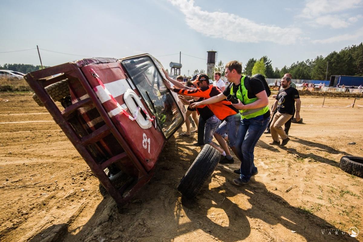 Когда гонщикам удавалось перевернуть друг друга, машину обратно ставили на колеса и продолжали гонки