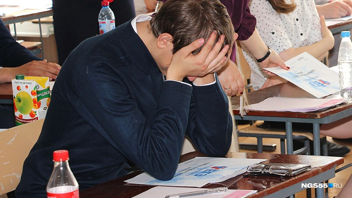 Омский выпускник попытался пронести в носке телефон на экзамен по физике
