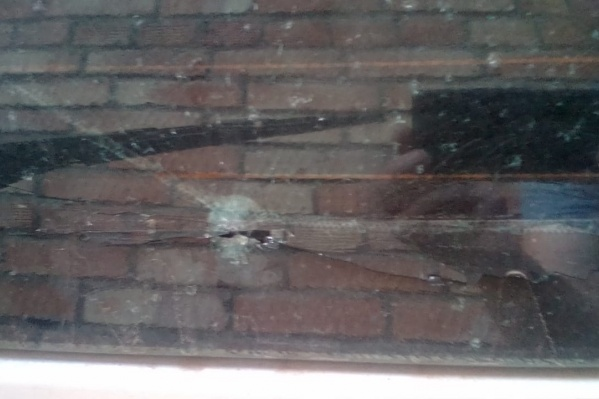 Гузель говорит, что стекло не рассыпалось только благодаря тонировке