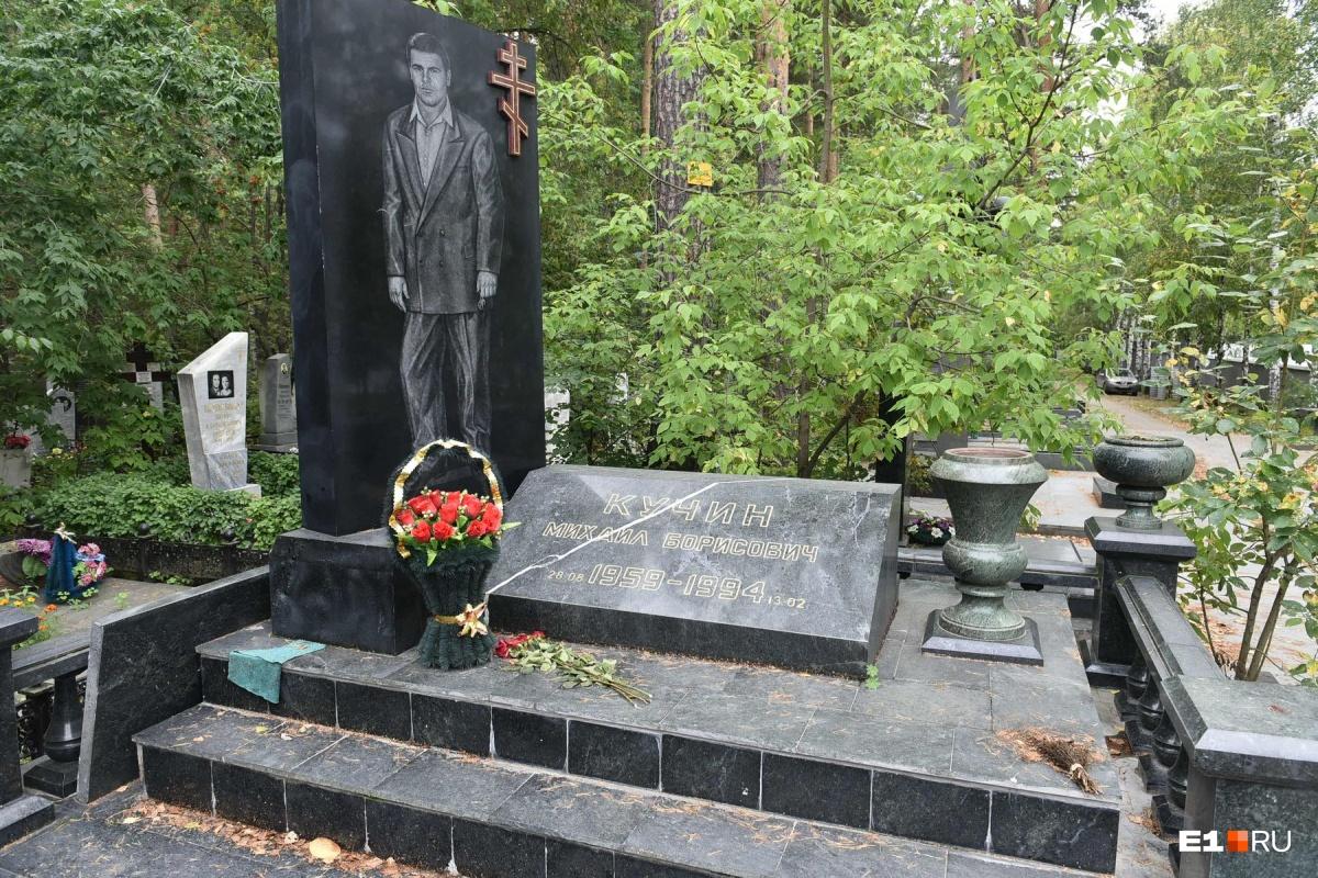 Рядом еще один «центровой» — Михаил Кучин. Его надгробие оценивают в 75 тысяч долларов