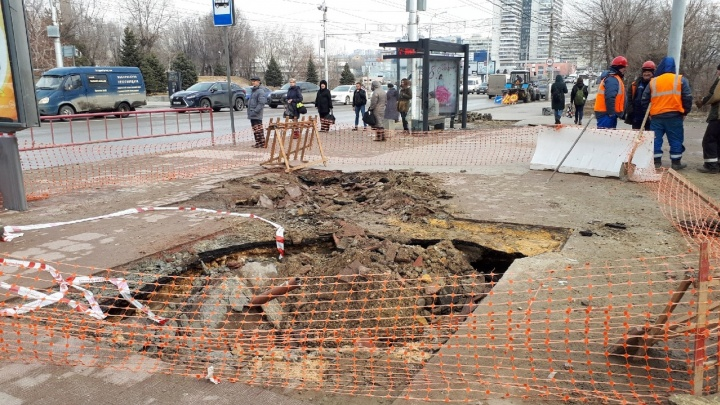 «Матрица поплыла»: асфальт ушел под землю на площади Чекистов в Волгограде