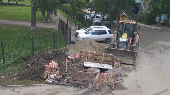 Опасный провал рядом со школой в Ленинском районе обнесли забором