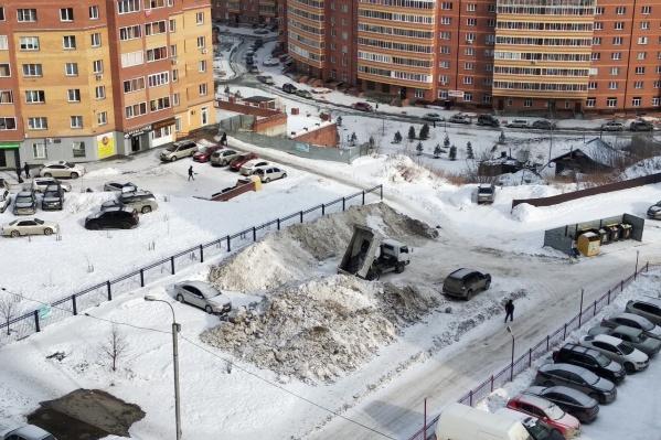 """Площадка из окна дома <nobr class=""""_"""">№ 8</nobr> по улице Горской три дня назад"""