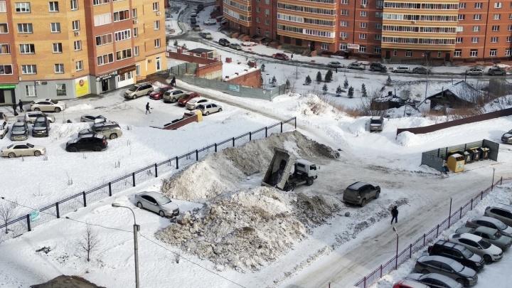 Коммунальщики устроили снегоотвал посреди многоэтажек Горского микрорайона